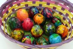 Guld- ägg över grön lutningbakgrund Handgjorda målade ägg i korgen för påskberöm som isoleras på vit bakgrund Påsk kulöra easter  Royaltyfria Bilder