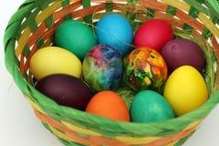 Guld- ägg över grön lutningbakgrund Handgjorda målade ägg i korgen för påskberöm som isoleras på vit bakgrund Påsk kulöra easter  Royaltyfri Fotografi