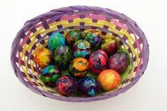 Guld- ägg över grön lutningbakgrund Handgjorda målade ägg i korgen för påskberöm som isoleras på vit bakgrund Påsk kulöra easter  Royaltyfria Foton
