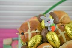 Guld- ägg för foliechokladpåsk med gullig garnering för påskkanin royaltyfria foton