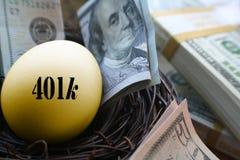 Guld- ägg 401k med högkvalitativa pengar Arkivbilder