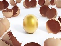 Guld- ägg på mitten av den spruckna stamgästen en Royaltyfri Bild