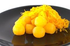 Guld- ägguladroppar och knapra guld- äggulor Fotografering för Bildbyråer