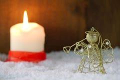 Guld- ängel i snö royaltyfri foto
