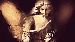Guld- ängel i solljusantikvitetstatyn Royaltyfri Bild