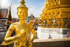 Guld- ängel, Ki-nara, på Wat Phra Kaew, storslagen slott, Bangkok, Thailand royaltyfri fotografi