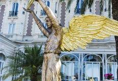 Guld- ängelstaty i Cannes, Frankrike Royaltyfri Bild