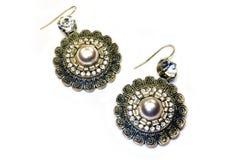 Guld- öra-cirklar med stenar och pärlor Royaltyfria Foton
