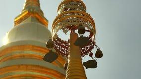 Guld- överkant av pagoden i Thailand lager videofilmer