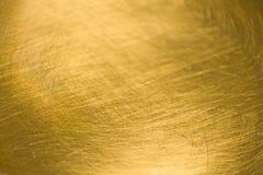 Guld- abstrakt metallbakgrund med skrapor och linjer Arkivbild
