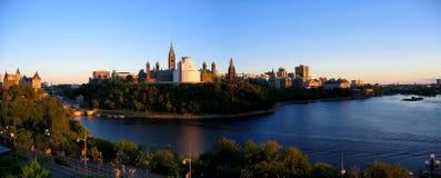 Guld- aftonljus på den Ottawa floden och parlamentkullen, Ottawa, Ontario Royaltyfri Fotografi