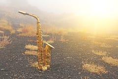 Guld- Alto Saxophone Lies på den svarta bakgrunden Romantiker och royaltyfri foto