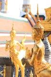 Guld- Angel Statue på Wat Phra Kaew i Bangkok Royaltyfria Foton