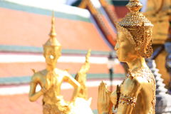Guld- Angel Statue på Wat Phra Kaew i Bangkok Royaltyfria Bilder