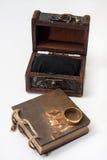 Guld- antik retro dagbok som är destinerad med repet och träbröstkorgen och Royaltyfri Fotografi