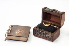 Guld- antik retro dagbok som är destinerad med repet och träbröstkorgen och Royaltyfri Bild