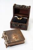 Guld- antik retro dagbok som är destinerad med repet och träbröstkorgen och Arkivfoto