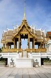 Guld- Aphornphimok paviljong inom kunglig storslagen slott Arkivbilder