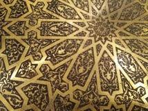 Guld- arabiska orientaliska konstnärliga dekorativa carvings royaltyfri bild