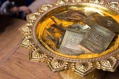 Guld- ark på den guld- plattan med den buddha modellen royaltyfri fotografi