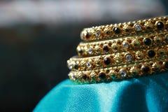 Guld- armband för kvinnor Royaltyfria Foton