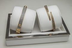 Guld- armband med diamanter Fotografering för Bildbyråer