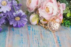 Guld- armband med hjärta på trä Royaltyfria Foton