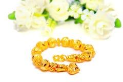 Guld- armband 96 5 procent thailändsk guld- kvalitet med blommor och uniq Fotografering för Bildbyråer