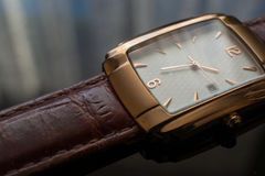 Guld- armbandsur för man` s på en svart bakgrund Fotografering för Bildbyråer