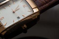 Guld- armbandsur för man` s på en svart bakgrund Royaltyfri Bild