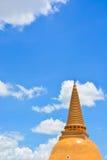 Guld- asiatisk pagod med blå himmel Royaltyfria Foton
