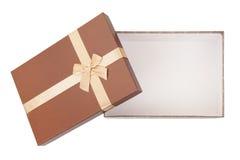 Guld- ask med gåvor, pilbåge, isolerat band Royaltyfria Foton