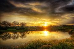 Guld- Autumn Sunrise över vatten Royaltyfri Fotografi