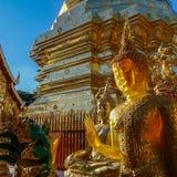Guld- bärnstensfärgade buddha på Wat Doi Suthep Chiang Mai Thailand Fotografering för Bildbyråer