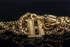 Guld- b-hänge på chain reflektera för guld- halsband på den glass tabellen Royaltyfri Fotografi