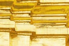 Guld- bakgrund eller texturer och skuggor, gamla väggar och skrapor arkivfoto
