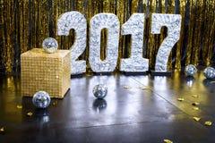 Guld- bakgrund för lyckligt nytt år 2017 arkivfoto