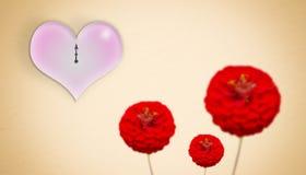 Guld- bakgrund med röda blommor och klockan på valentin dag Arkivbilder
