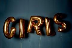 Guld- ballonger i form av bokstäver Ordflickorna Atmosfären av beröm, ungmöparti Royaltyfri Foto