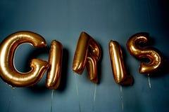 Guld- ballonger i form av bokstäver Ordflickorna Atmosfären av beröm, ungmöparti Royaltyfri Bild