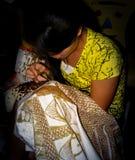 Guld- batik för flickamålning i Yogyakarta, Java, Indonesien royaltyfri foto