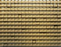 guld- belagd med tegel vägg arkivfoto