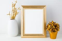 Guld- berömmelsemodell med den vita vasen och den guld- blomkrukan Royaltyfria Bilder