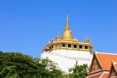 Guld- berg, en forntida pagod på den Wat Saket templet Fotografering för Bildbyråer