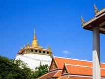 Guld- berg, en forntida pagod på den Wat Saket templet Arkivbilder