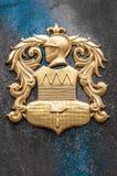 Guld- beväpnar med riddaren avbildar på granitväggen. royaltyfri bild