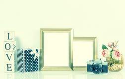 Guld- bildramar, blommor och tappningkamera retro stil Royaltyfria Bilder