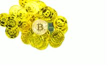 Guld- bitcoin är elektroniska pengar på vit bakgrund Arkivfoton