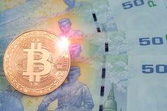Guld- bitcoin över sedel för bad för Thailand ` s 50, med linssignalljuset Fotografering för Bildbyråer