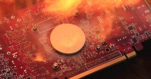 Guld- bitcoin bränner på brand på en datormicrocircuitnärbild stock video